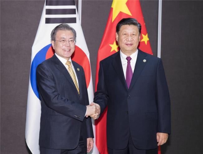 中國國家主席記習近平(右)與南韓總統文在寅通話,談到守望相助抗疫。(新華社資料照片)