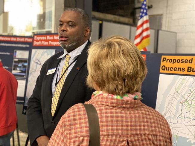 MTA工作人員在貝賽新公車系統計畫草案研討會上向民眾講解新草案。(記者牟蘭/攝影)