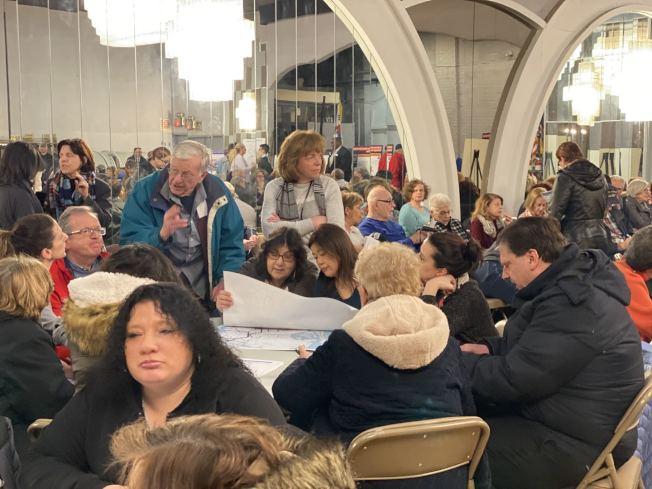皇后區新公車系統計畫草案研討會以圓桌的形式由MTA工作人員向民眾講解新草案。