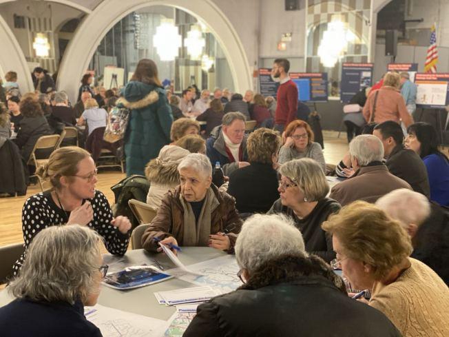 貝賽舉辦皇后區新公車系統計畫草案研討會吸引逾300人參與,MTA工作人員以圓桌會議形式形式講解新草案。(記者牟蘭/攝影)