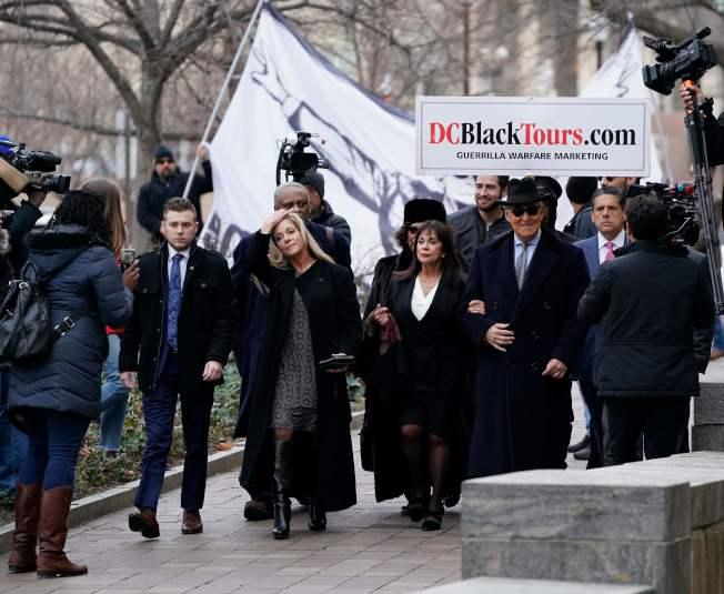 川普親信史東(前右二)在支持者簇擁下出庭聆判。(Getty Images)