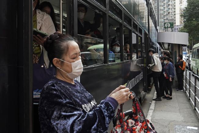 美國CDC將香港列為新冠肺炎一級警示區。圖為香港居民戴口罩出門。(美聯社)