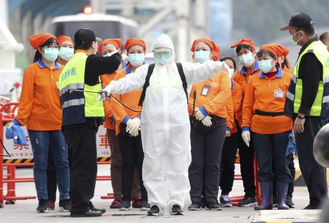美國CDC將台灣列為新冠肺炎社區疫情傳播地區,圖為台灣為郵輪寶瓶星號乘客檢疫。(美聯社)
