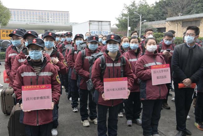 四川援助湖北醫療隊赴武漢協助抗疫。(中新社)
