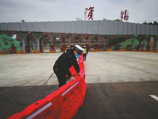 王磊在防疫卡點參與路面抗疫勤務。(取材自封面新聞)