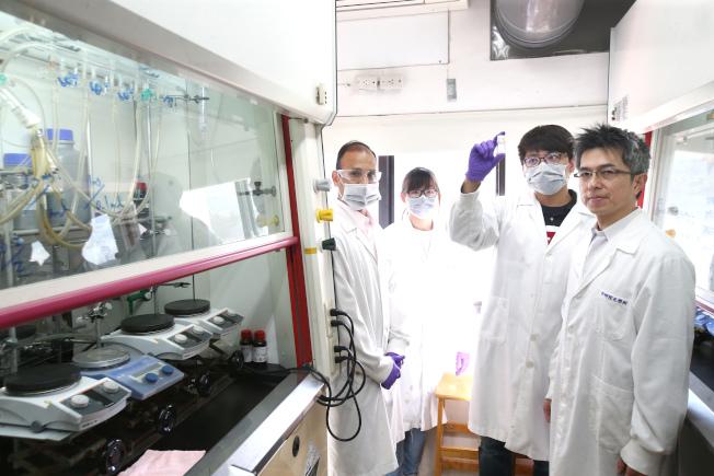 中研院化學所副研究員陳榮傑(右一)21日出席中研院記者會,說明七人團隊兩周合成百毫克級瑞德西韋的過程,並開放中研院化學所實驗室,陳榮傑特別稱許幕後工作人員。(記者蘇健忠/攝影)