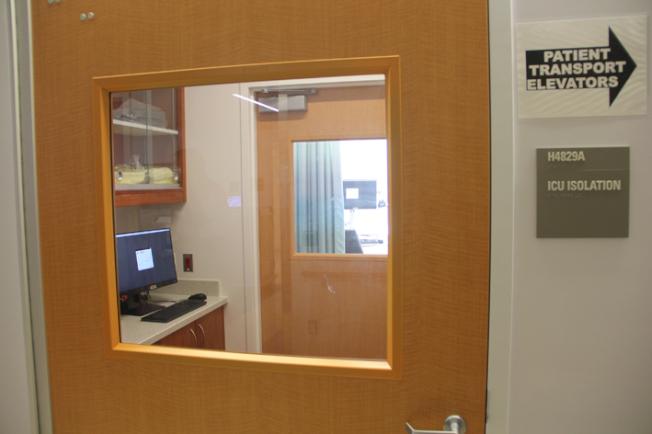 進入隔離病房之前,先會進入一個隔間,穿戴好防護衣物。(記者李晗 / 攝影)