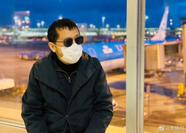 賈樟柯戴口罩搭機出席柏林影展。(取材自微博)