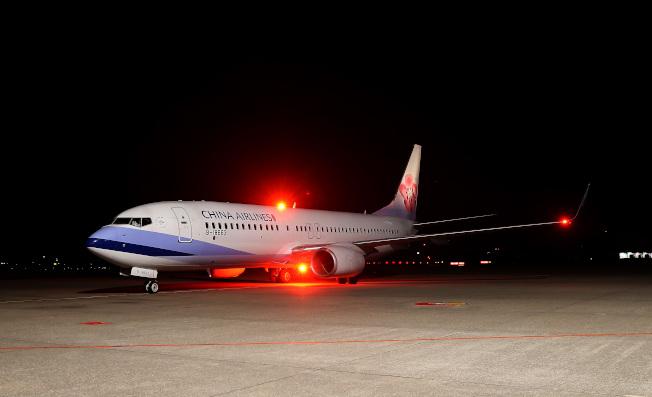 從日本撤僑包機21日晚間返抵桃園機場。記者陳嘉寧/攝影