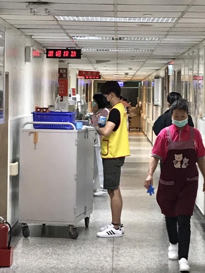 劉真病房外的跑馬文字除了宣導疫情防治之外,出現「謝絕採訪」4個字。記者葉君遠/攝影