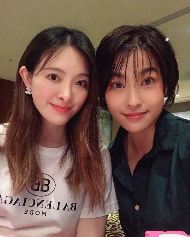 小嫻(右)曾跟劉真合作數月的舞台劇「臺灣舞孃」,感受到她的貼心和親和。圖/小嫻提供