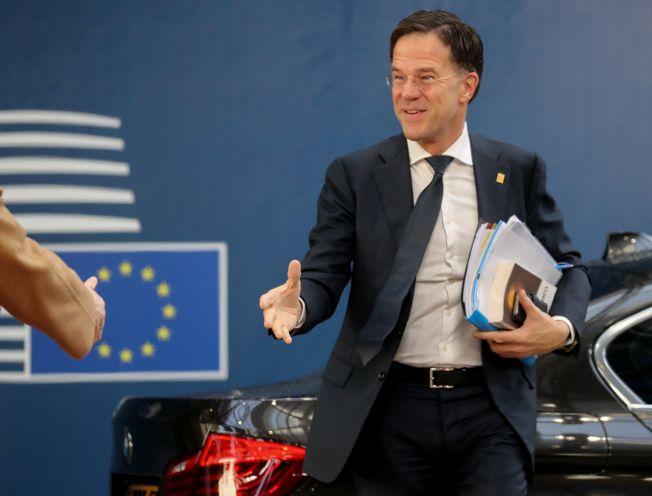 呂特20日抵達歐盟峰會現場時,手中抱著的資料就有一本書。(Getty Images)