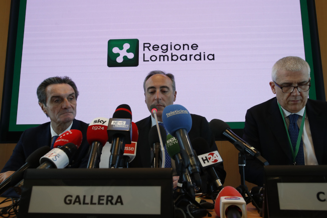 義大利單日爆增16起確診案例,圖為義大利倫巴底官員21召開記者會說明疫情。(美聯社)