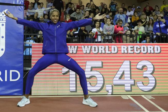 委內瑞拉田徑女將羅哈斯(Yulimar Rojas)今天在世界田徑室內巡迴賽馬德里站,跳出15公尺43的成績,打破女子室內三級跳遠的世界紀錄。(美聯社)