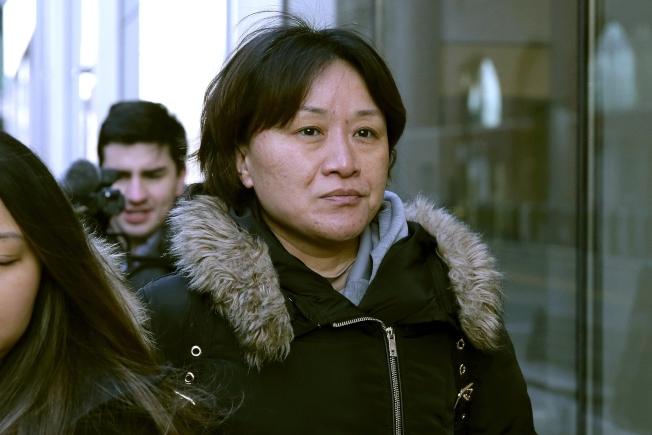 為把兒子送進洛杉磯加州大學(UCLA)而行賄40萬元的中國公民隋曉寧(Xiaoning Sui),21日在波士頓的聯邦法院認罪。(美聯社)