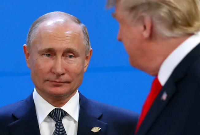 美國情報指出,俄羅斯已插手美國2020大選,欲助川普連任。圖為川普總統與俄羅斯總統普亭在G20峰會碰面。(路透)