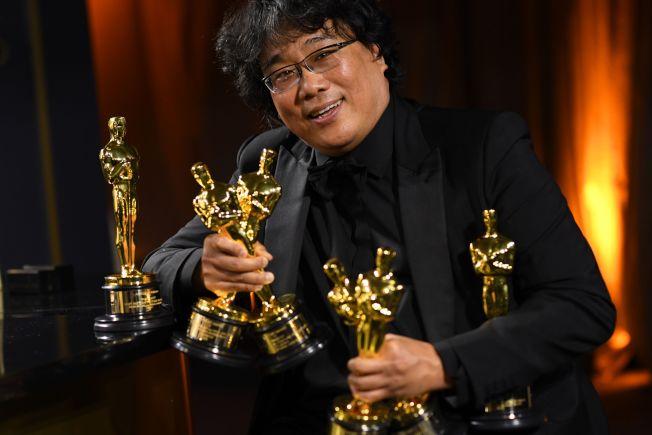 南韓電影「寄生上流」在本屆奧斯卡奪得最佳影片等多項大獎,引起川普總統對好萊塢的不滿。圖為該片導演奉俊昊捧著各種獎項的金像獎。(Getty Images)