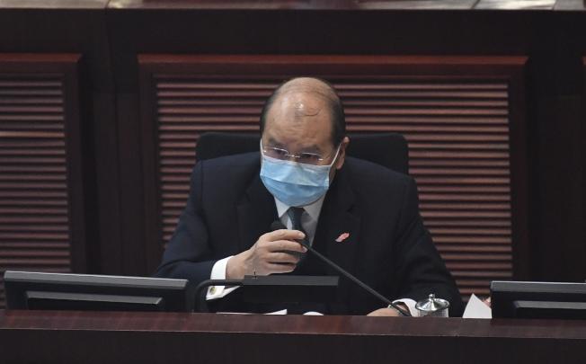 香港立法會21日通過港府300億港元防疫抗疫基金撥款,圖為政務司長張建宗出席會議。(中通社)