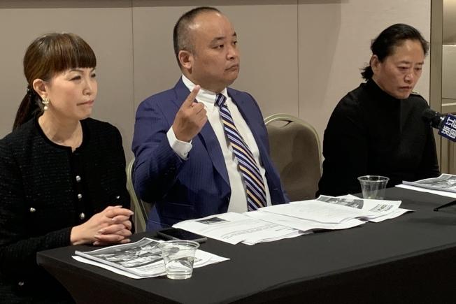 佟明的母親(右)和其委託律師劉龍珠(中)及教育業者李春紅21日舉辦記者會。(記者張宏/攝影)