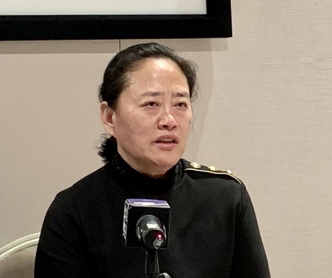 佟明的母親淚灑記者會。(記者張宏/攝影)