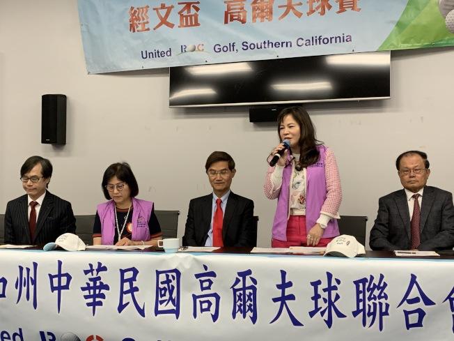 南加州中華民國高爾夫球聯合會首位女性會長陳玲華(右二)演講。(記者謝雨珊/攝影)