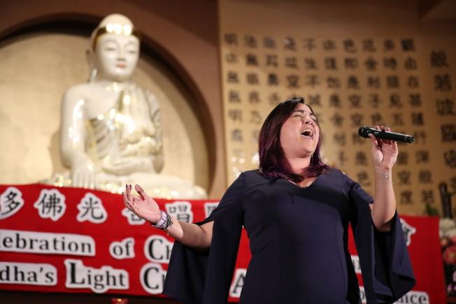 奧蘭多佛光合唱團新春音樂會, Liz Loftus女聲獨唱英文歌曲「放下吧」。(圖:Ricardo Ramirez提供)