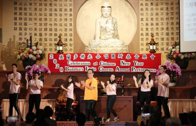 奧蘭多佛光合唱團新春音樂會鄧志安 (前黃衣者)與青年以律動舞方式表演「三好歌」。(圖:Ricardo Ramirez提供)