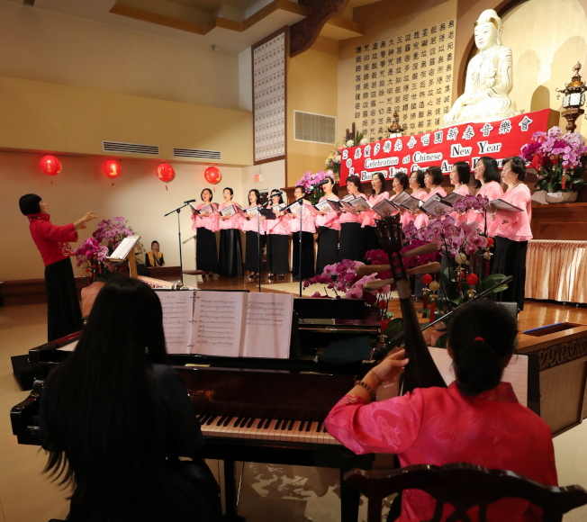 奧蘭多佛光合唱團新春音樂會現場一景,前右為鋼琴及琵琶伴奏。(圖:Ricardo Ramirez提供)