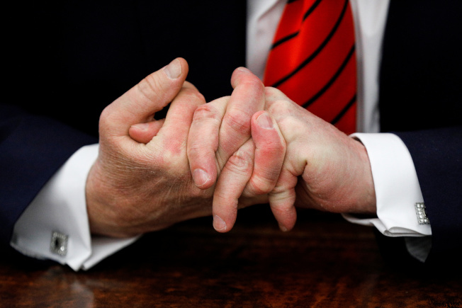 川普總統非常介意別人笑他手小或手指短,圖為川普在白宮橢圓形辦公室把手指絞在一起。(路透)