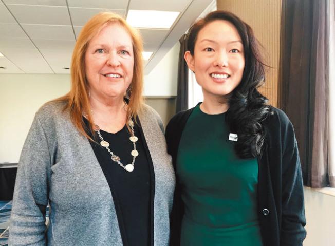 總統候選人桑德斯夫人(左)與競選總部灣區主任金貞妍與亞裔媒體見面。(記者李秀蘭/攝影)