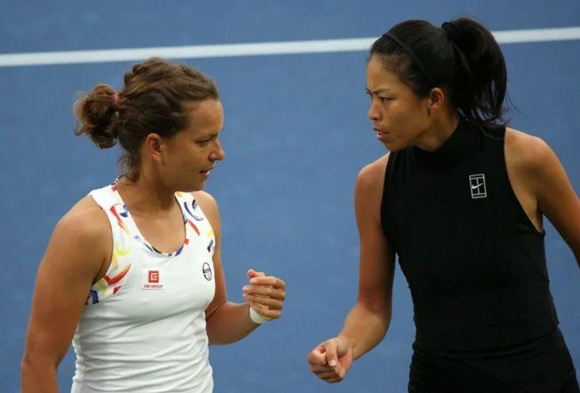 謝淑薇(右)和捷克搭檔史翠可娃在杜拜女網雙打奪冠。 (新華社)