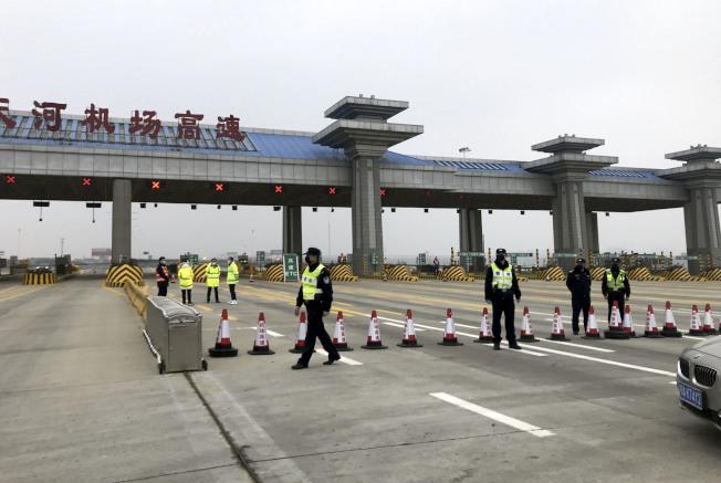 交通運輸部辦公廳主任徐成光表示,已恢復26省份省際道路客運。圖為先前通往武漢天河機場的高速公路被封閉。(中新社資料照片)