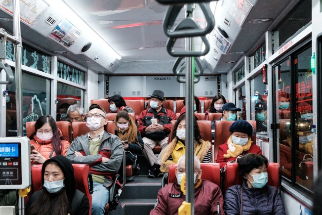 中國一輛客運巴士上,人人都戴上口罩。(美聯社)