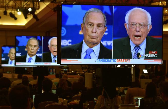 民主黨領先的兩強桑德斯(右)與彭博捉對廝殺。(路透)