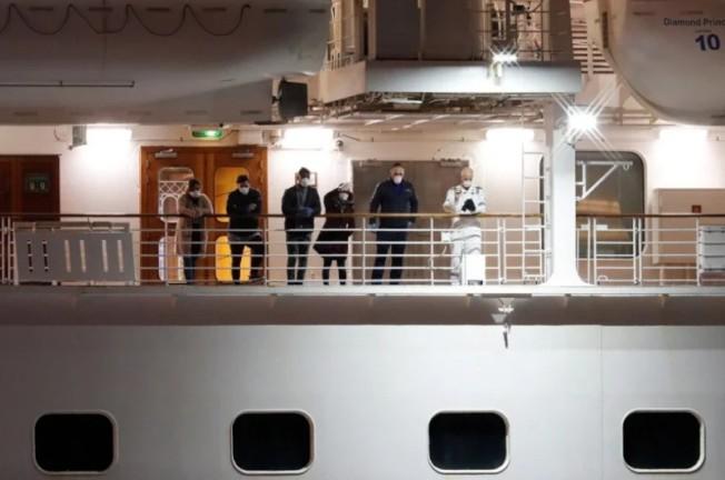 日本厚勞大臣加藤勝信22日道歉稱,未對23名從鑽石公主號下船的乘客進行病毒檢測。 路透