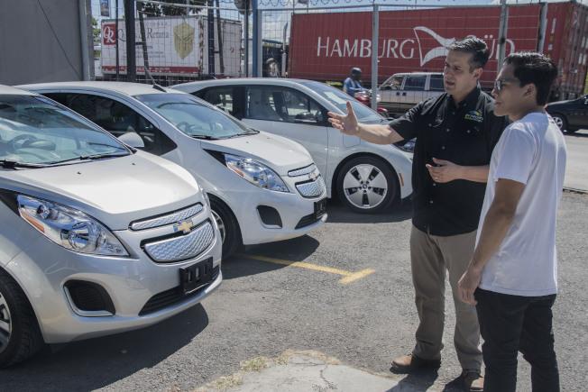 新車價格創紀錄,使年輕人買不起,令汽車經銷商擔心。(Getty Images)