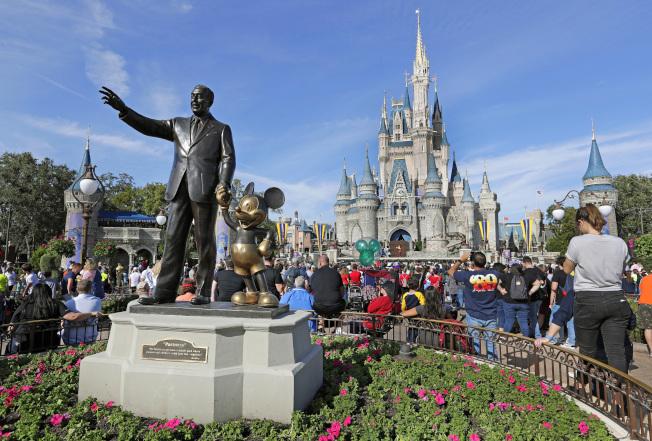 美國兩大迪士尼樂園的日票、多日套票和年票,最近全部調漲票價。圖為佛州迪士尼樂園的一景。(美聯社)