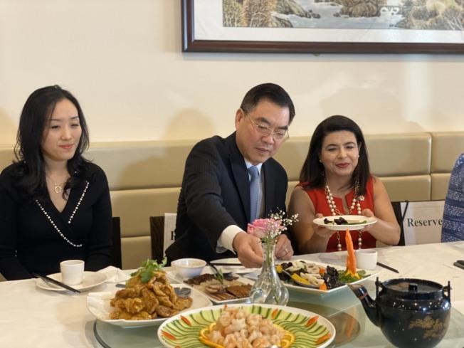 黃屏(中)受卡普蘭(右)邀請在大頸中餐廳用餐。(記者牟蘭/攝影)
