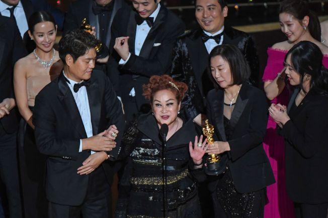 「寄生上流」獲頒奧斯卡最佳影片獎時,李美敬(中)在眾人簇擁下致詞。(Getty Images)