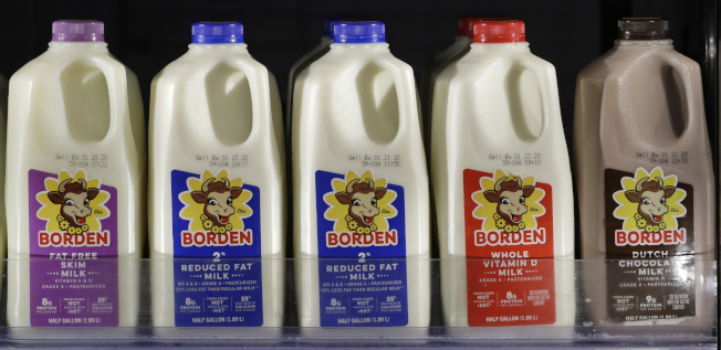 美國牛奶消費逐漸下降,酪農正推廣要美國人多喝牛奶。圖為俄亥俄州超市擺放的牛奶。(美聯社)