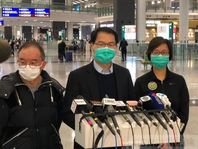 香港保安局副局長區志光感謝多個單位和人士協助,讓包機將香港居民送回港。(取自官方香港電台)