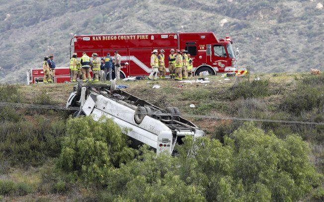 圣地牙哥大巴翻车 多人被抛车外 3死18伤