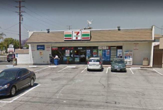 位於惠提爾Santa Fe Springs路的7-Eleven便利店22日早上遭遇搶劫。(谷歌地圖)