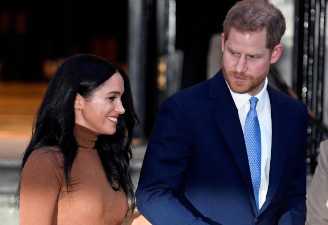 英國哈利王子(右)與妻子梅根已決定停用「薩塞克斯王室」(Sussex Royal)稱號。(路透)