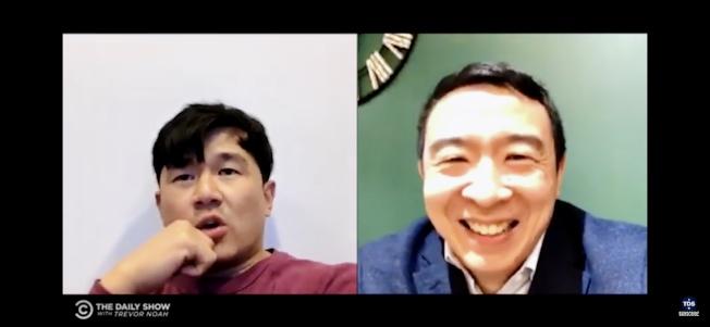 在總統競選期間,「每日秀」曾推出「錢信伊與楊安澤的另一場亞裔辯論」特輯。(取自每日秀視頻)