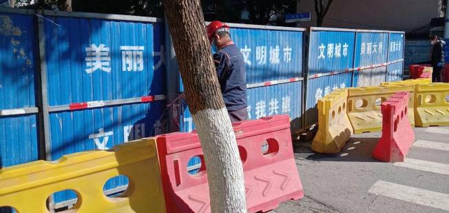 施工工人正在封鎖街道,防止居民外出。(讀者提供)