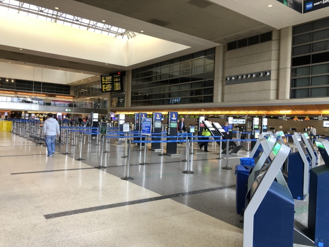在B航站樓的大廳旅客數量明顯大減,許多櫃檯都沒有開放。(記者李雪/攝影)
