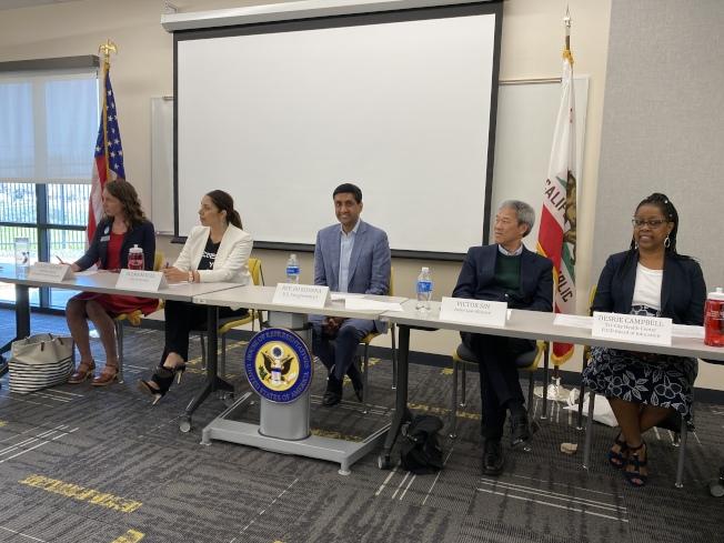 聯邦眾議員羅康納(中)舉辦人口普查論壇,邀請多個單位的代表向民眾解釋人口普查的重要性與注意事項。(記者林亞歆/攝影)