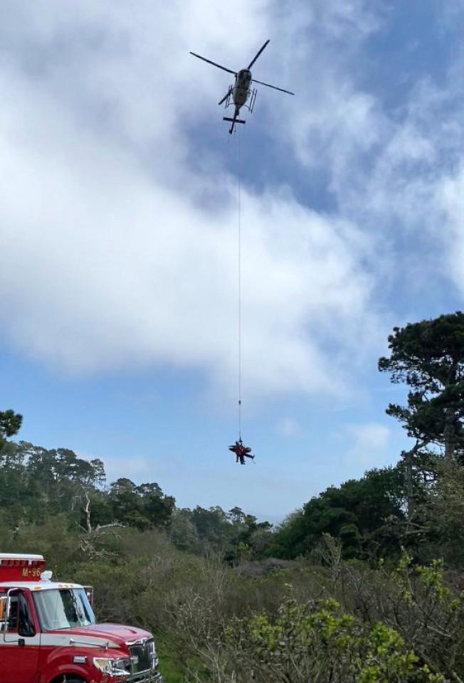 兩人被救出,再由直升機送往醫院。(Getty Images)