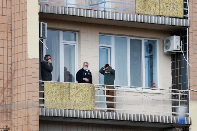 負責防疫計畫的烏克蘭衛生部長,乾脆親自進駐隔離中心,一方面安撫地方居民,一方面也能就近指揮。(路透)